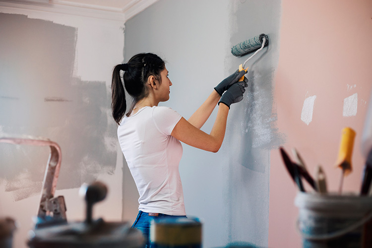 paint thinner vs mineral spirits which is better girl painting the wall